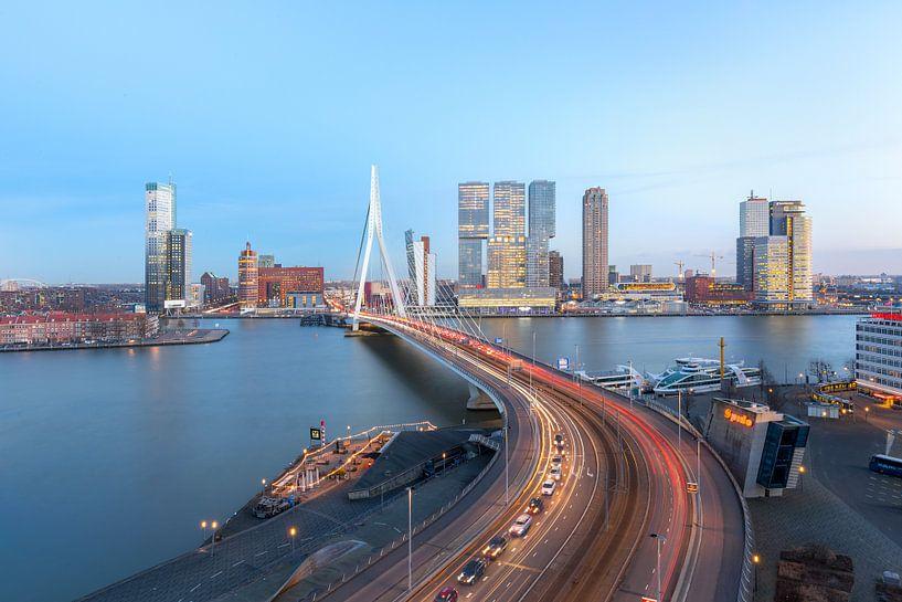 Erasmusbrug met skyline Rotterdam van Prachtig Rotterdam