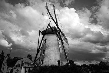 Mühle an Gewitterwolken in Schwarz-Weiß von Esther Bax