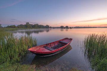 Rotes Ruderboot bei Sonnenaufgang von Moetwil en van Dijk - Fotografie