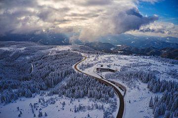 Zon over het winterlandschap van het Zwarte Woud in het Schwarzwald-Hochroad Hotel Schliffkopf van Capture ME Drohnenfotografie