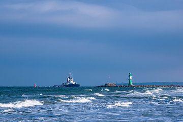 Mole und Schlepper an der Ostseeküste in Warnemünde von Rico Ködder