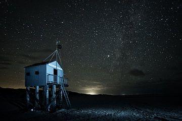 Drenkelingenhuisje Terschelling in de nacht van Peter Slagboom