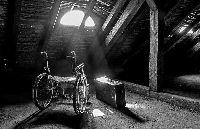 Rollstuhl und Koffer mit Lichtstrahl von Frank Herrmann