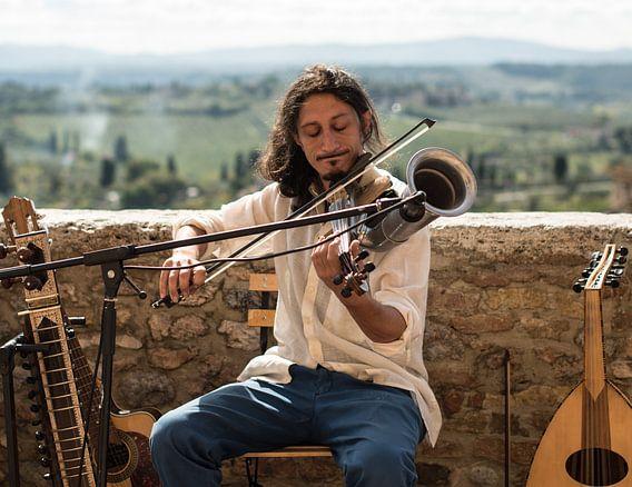 Straatmuzikant in Toscane van Trudy van der Werf