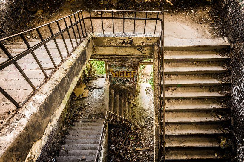 Verlaten trappenhuis in Belgie van Samantha Schoenmakers