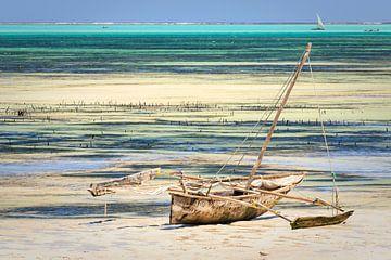 Traditionele zeilboot aan de kust van Zanzibar van Mariette Kapitein
