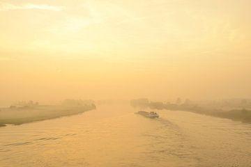 Schiff im Sonnenaufgang über der IJssel von Sjoerd van der Wal