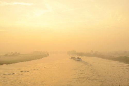 Schip in een zonsopgang over de rivier de IJssel