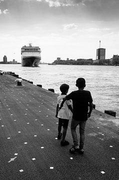Twee jongens bij de Holland Amerika Kade von Rutger van Loo