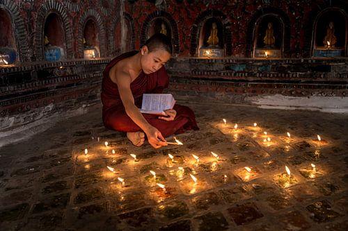 Biddende monnik in klooster in  Nyaung Shwe vlakbij Inle in Myanmar van Wout Kok