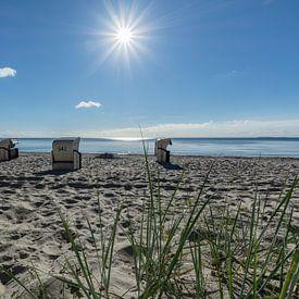 Chaises longues au soleil, plage naturelle de Lobbe sur GH Foto & Artdesign