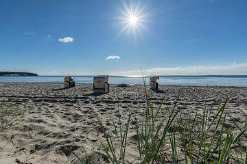 Strandstoelen in het zonlicht, natuurlijk strand Lobbe van GH Foto & Artdesign