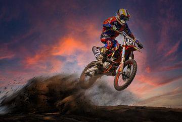 Motocrosser tijdens zonsondergang