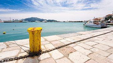 Gele bolder in Griekse haven van Victor van Dijk