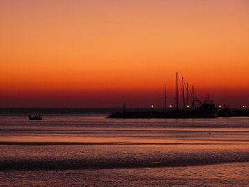 Zonsondergang achter de haven van Molyvos - Lesbos van Gerda Hoogerwerf
