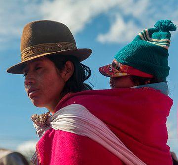 Ecuador: Kind in rugzak (Guamote) van Maarten Verhees