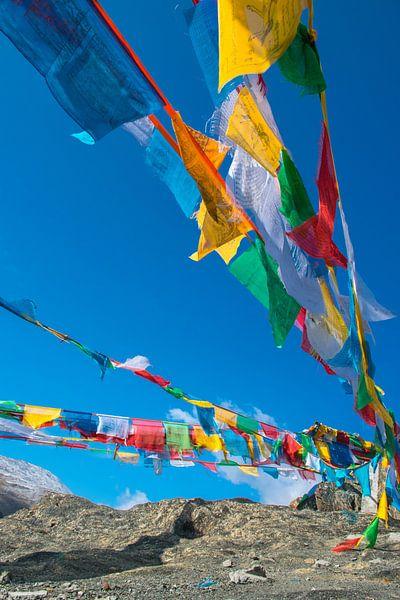 De gebedsvlaggetjes wapperen in de bergen van Tibet