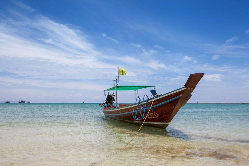 Tropisch strand met een longtailboot, Koh Phangnan, Thailand van Tjeerd Kruse