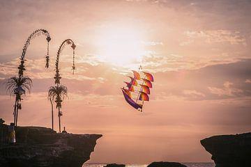 Piratenschip vlieger bij Tanah Lot op Bali van Jeroen Langeveld, MrLangeveldPhoto
