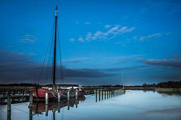 Old Ship in Blue hour van Mario Calma