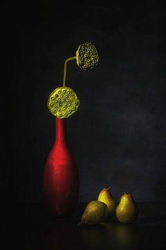 Simply red . Stil leven met peren, lotusstempels en rode vaas van Saskia Dingemans
