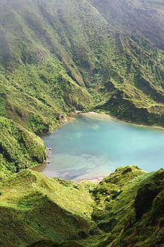 Blauw meer berghelling van Jan Brons