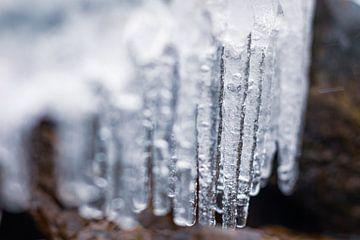 Ijspegels op een koude winterdag van JWB Fotografie