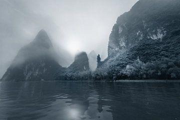 Li rivier met Karst gebergte in de mist, China in zwart wit von Ruurd Dankloff