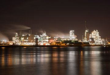 Chemical factory along the river Merwede van John Stuij