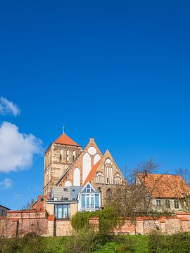 Gezicht op de Nikolaikirche in de Hanzestad Rostock van Rico Ködder