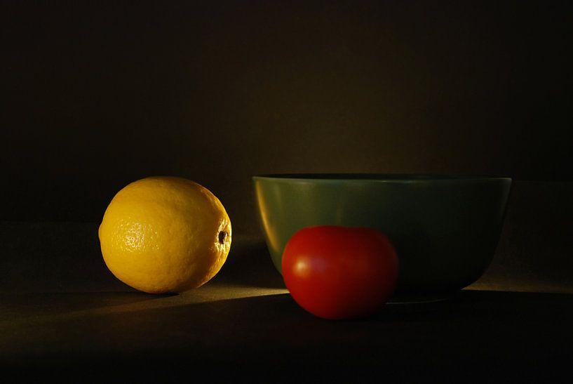 Stilleven citroen-tomaat van Hannie Kassenaar