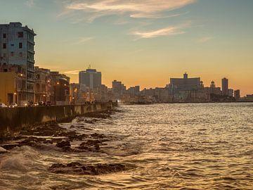 Kuba, Havanna, Sonnenuntergang auf dem Malecon von Maurits van Hout