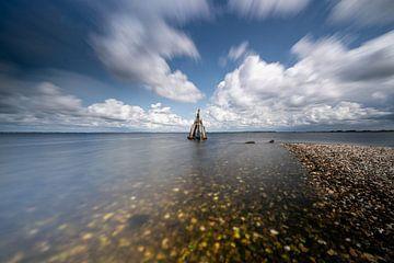 Overdrijvende Hollandse wolken lucht boven meer, Zeeland van Fotografiecor .nl
