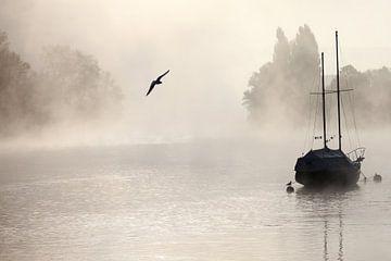 Segelboot bei Nebel van Jana Behr