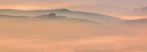 Mist en ochtendlicht in Toscane, Italië