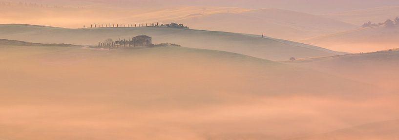 Mist en ochtendlicht in Toscane, Italië van Henk Meijer Photography