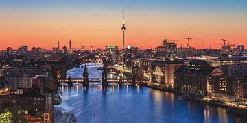 Mediaspree Berlijn Skyline Blue Hour van Jean Claude Castor
