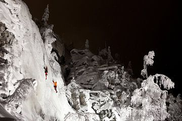 Ijsklimmen in de nacht Fins Lapland van Menno Boermans