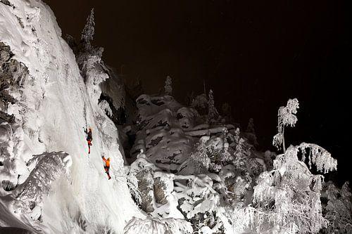 Ijsklimmen in de nacht Fins Lapland van
