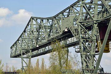 alter Stahlkran im stillgelegten Hochofengelände Lapadu in Duisburg, Deutschland von Robin Verhoef