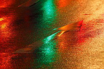Rood-groene richtingspijl op de weg in de regen van Torsten Krüger