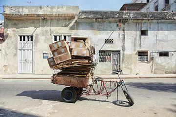 Ein altes, abgenutztes Fahrrad im Rikscha-Stil in einer Straße von Havanna, Kuba. von Tjeerd Kruse