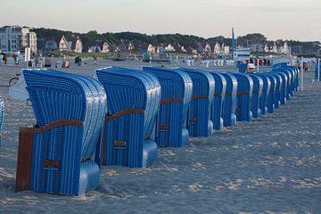 Rostock-Warnemuende : Blaue Strandkörbe, Strand bei Abendsonne von Torsten Krüger