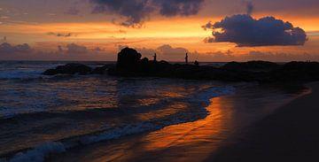 Vissers bij zonsondergang - Sri Lanka - strand van Robert-Jan van Lotringen