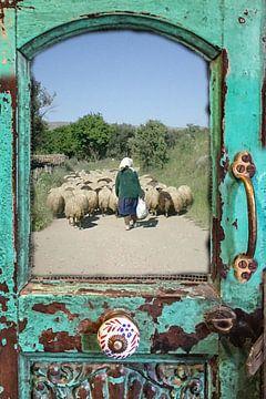 Herderin met schaapskudde in antieke deur
