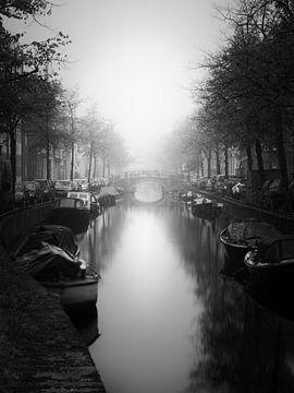 Haarlem zwart wit: Bakenessergracht in de mist. van Olaf Kramer
