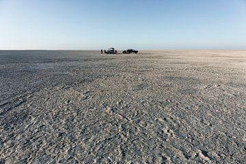 Camping op Sua pan. schilderachtig groot vlak gebied van zoutpan woestijn, Makgadikgadi Botswana van Tjeerd Kruse