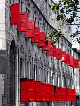 Rote Fensterläden auf grauem Gebäude von Hannon Queiroz
