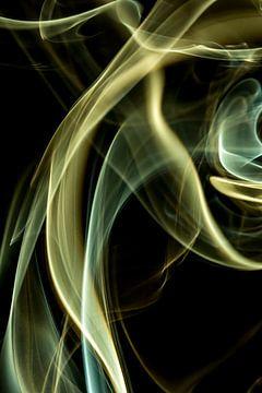 Groene en gele wierook tegen een zwarte achtergrond van Robert Wiggers