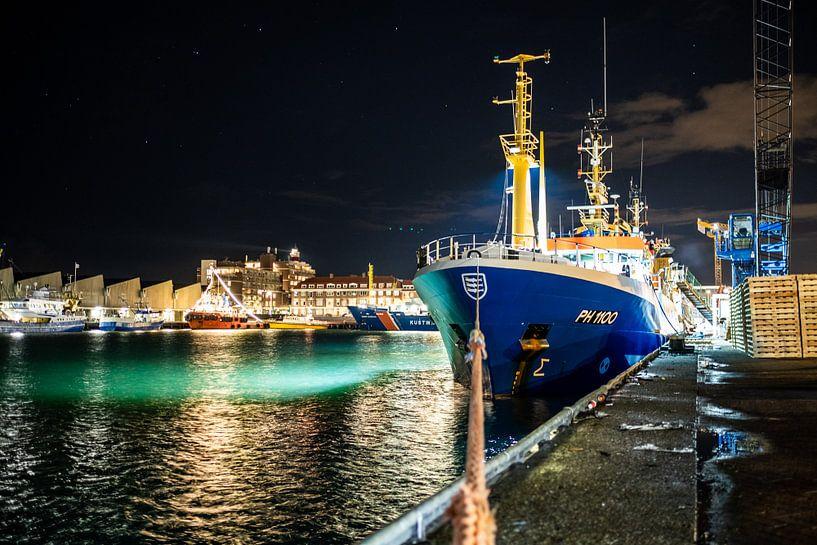 Visserschip aan de kade in Scheveningen van MICHEL WETTSTEIN